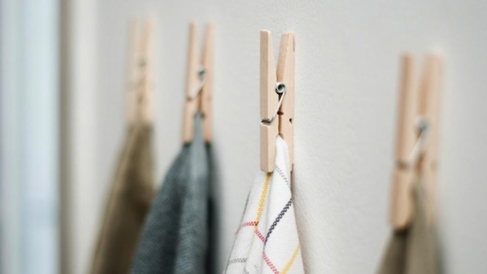キッチンクロスは洗濯バサミで壁掛けにすると使いやすい