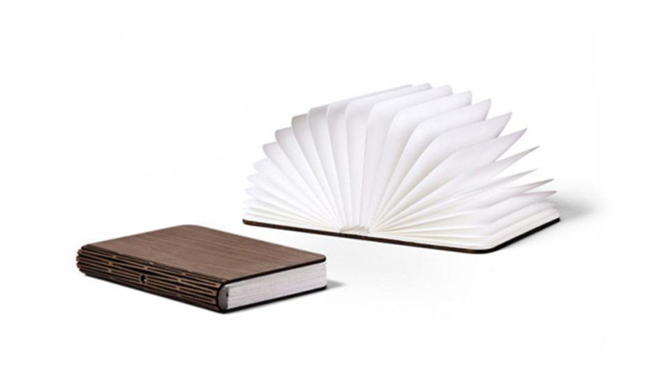 かばんに入れて持ち歩ける本型テーブルランプ「Lumio」