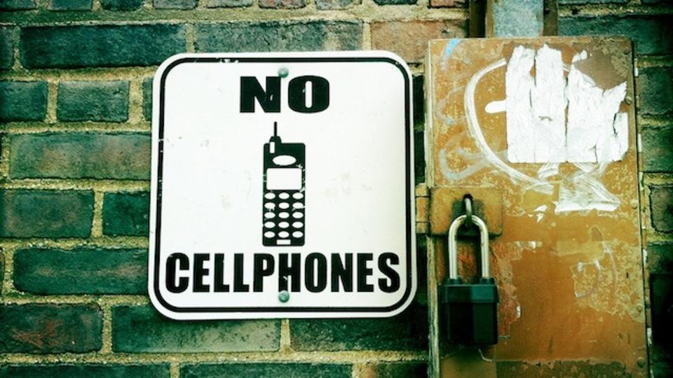 「他人が携帯電話で話しているとイライラする」のには理由があった!