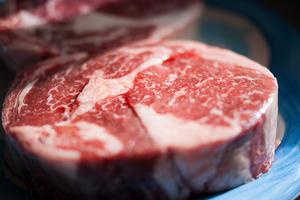室温で肉を解凍している