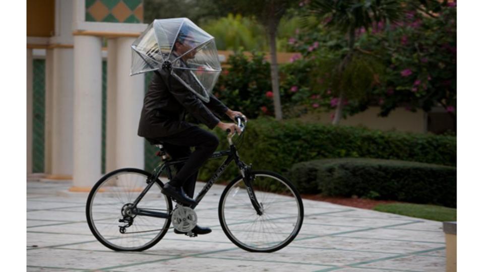 傘を「被れば」、自転車でもハンズフリーで雨に濡れない