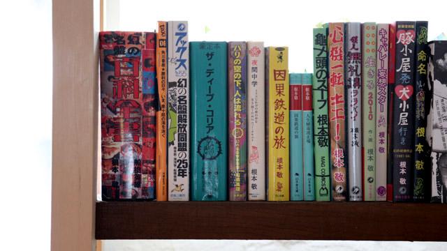 ラウンジの書棚には、編集者であった故・川勝正幸さんの蔵書が並びます。毎週水曜は一般開放されているとのこと