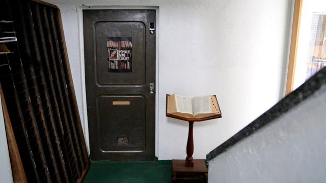 各階に設けられた扉は、建物の元の佇まいを残す落ち着いた雰囲気