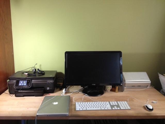 私の「オフィス」は、寝室の一角に追いやられたデスクだけ