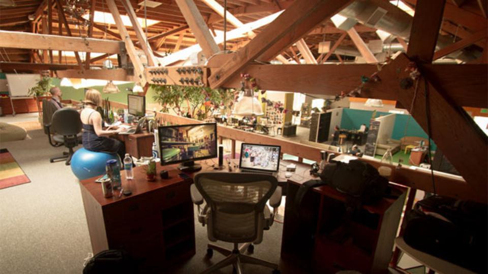 ヒップなオフィスに行って来た:世界中の旅人をカウチで繋げる「CouchSurfing」のオフィスには本当にカウチがあるのか