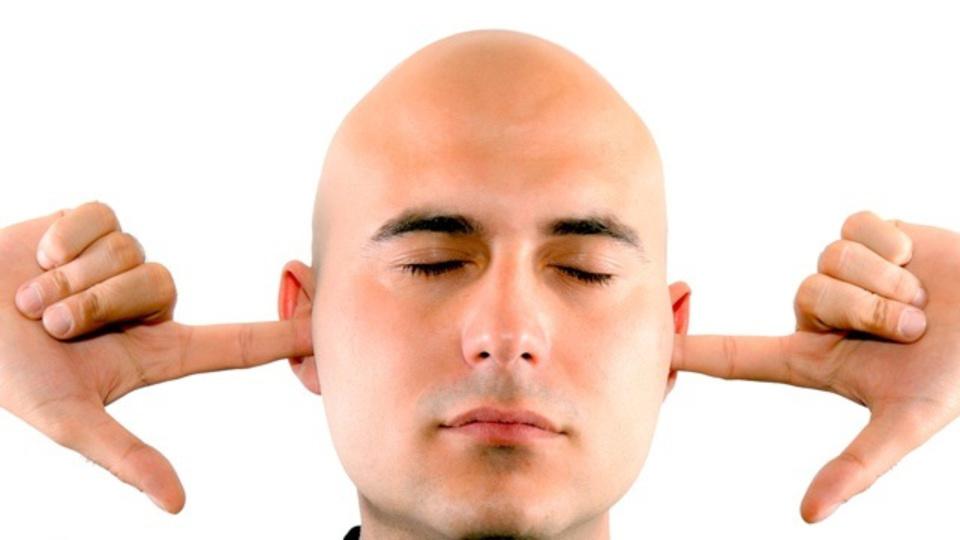 まわりがうるさい時は「耳に指を入れて普通の大きさの声で話す」と通じやすい