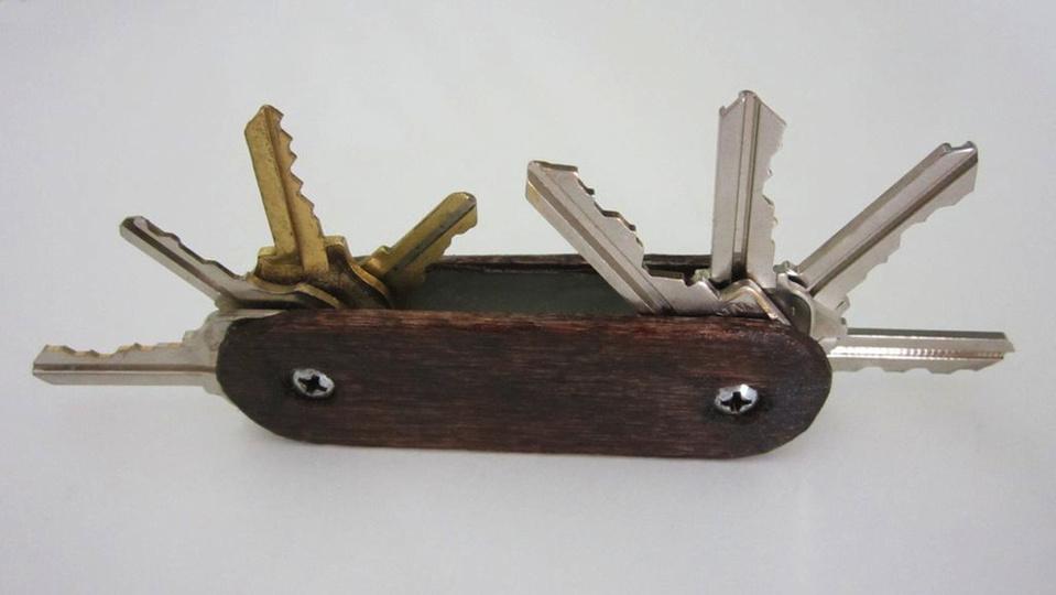 たくさんの鍵をコンパクトに収納! スイスアーミーナイフ風キーホルダーの作り方