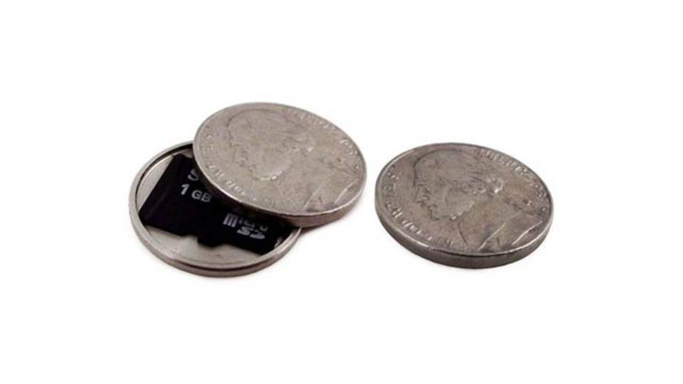 スパイ気分でデータを守れる「コイン型SDカード収納ケース」