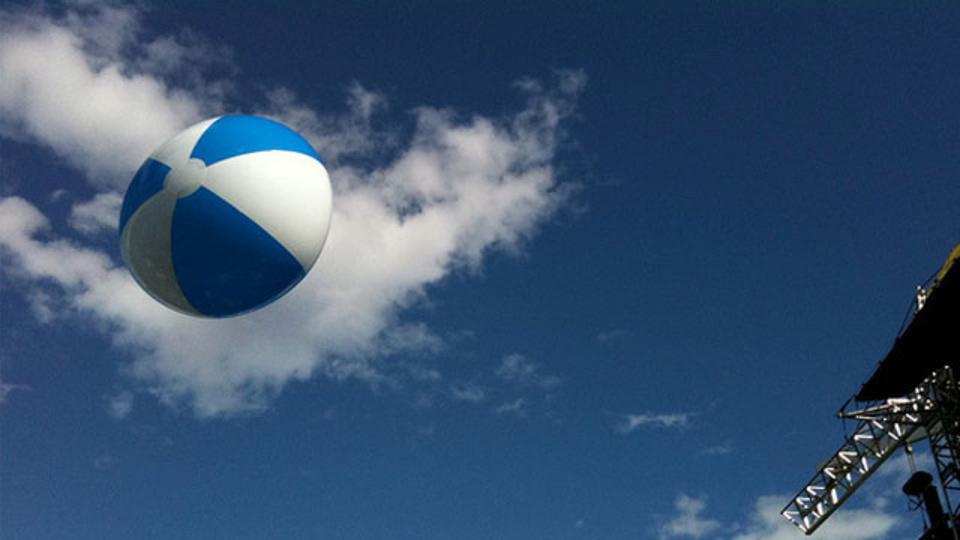 長時間フライトの腰痛対策には「ビーチボール」が使える