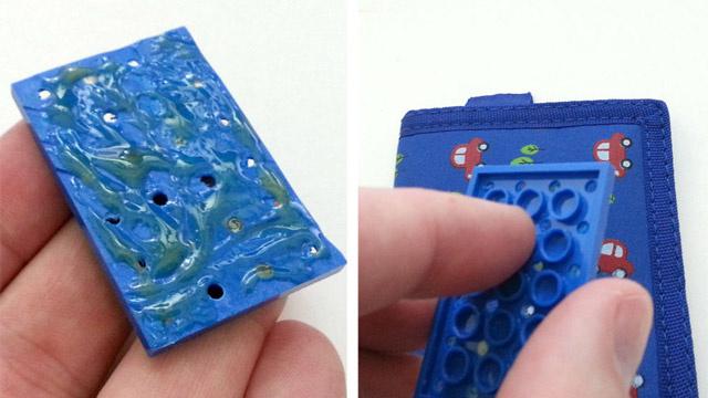 手順4:財布と携帯の裏にLEGOを取りつけ2