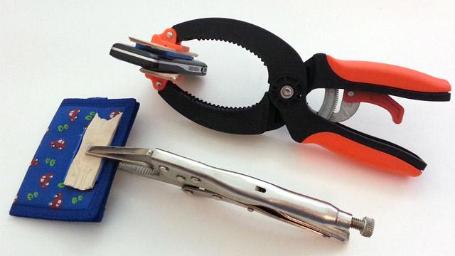 手順4:財布と携帯の裏にLEGOを取りつけ3