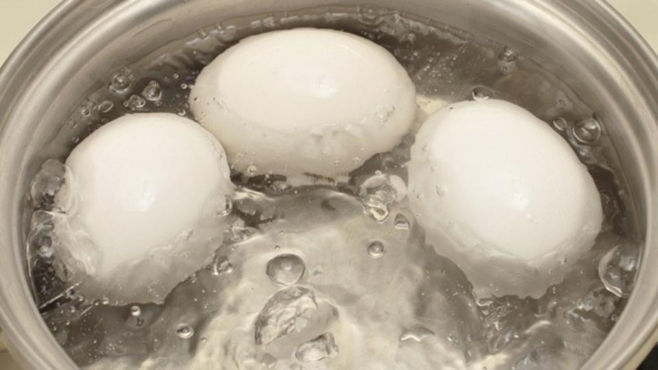 ゆで卵を作り置きする時には、バルサミコ酢を使うと殻が色づいて後で見分けやすい