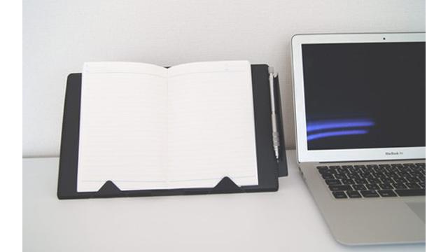 ノートを見ながらのPC作業に便利な「立つノートカバー」