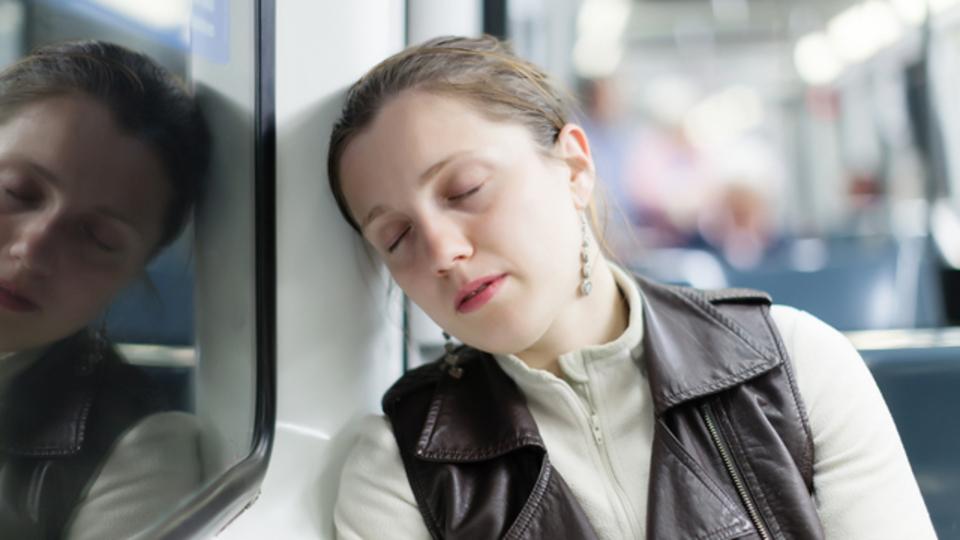 疲れているときは乗りたくない!? 居眠りしにくそうな電車向け広告技術、ドイツで導入へ