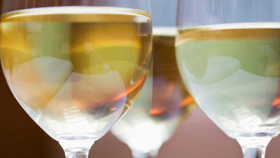 注ぐだけでワインを飲み頃にする!?「魔法のワイングラス」