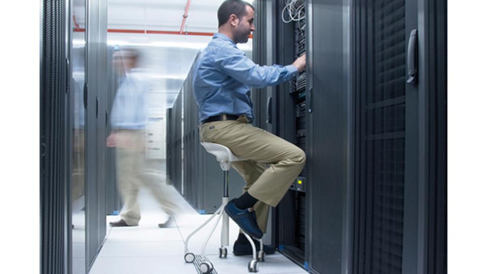 キッチンでも、データセンターでも、座ったままで快適に作業ができるスツール「ビナリア」
