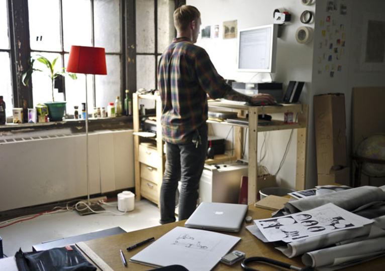 仕事に集中できない時は「立つ」:スタンディングデスクはパワーポーズをつくる