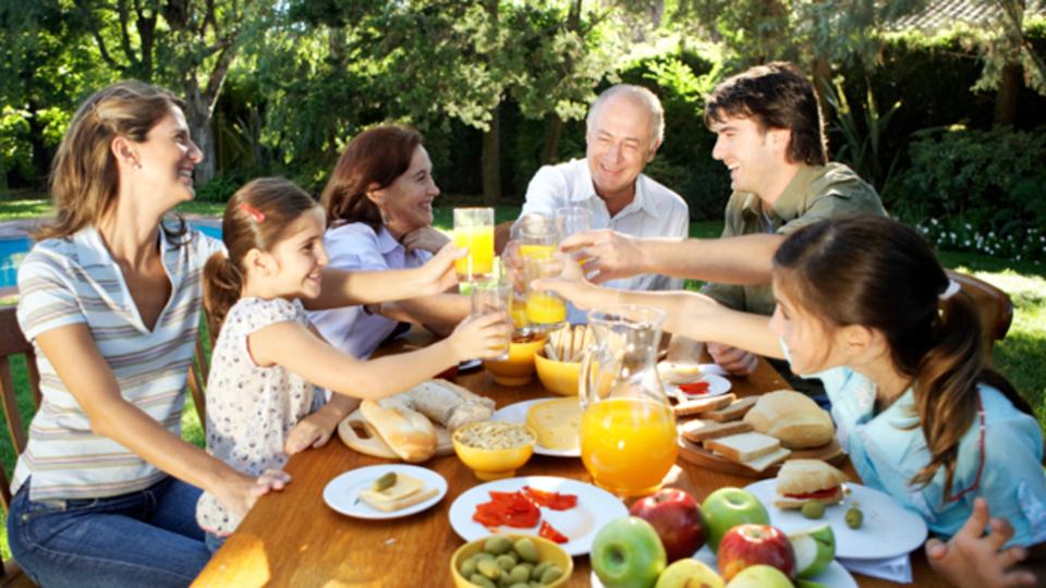 友人や家族をより助ける人ほど長生きする:人間関係と幸福に関する研究結果たち