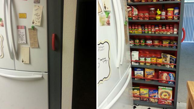 冷蔵庫の隣にスライド式の食料庫を