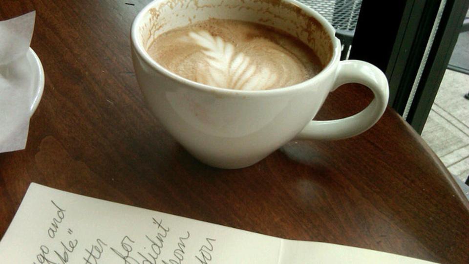 カフェで仕事がはかどる理由のひとつは「他人の目が気になるから」だった