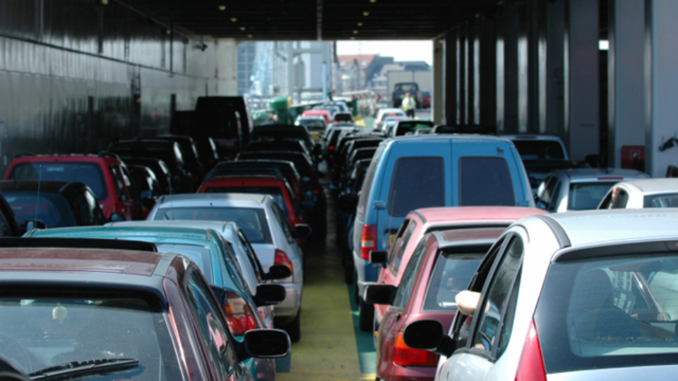 渋滞、スーパー、飲食店...なぜ隣の列のほうが速く進んでいるように見えるのか?