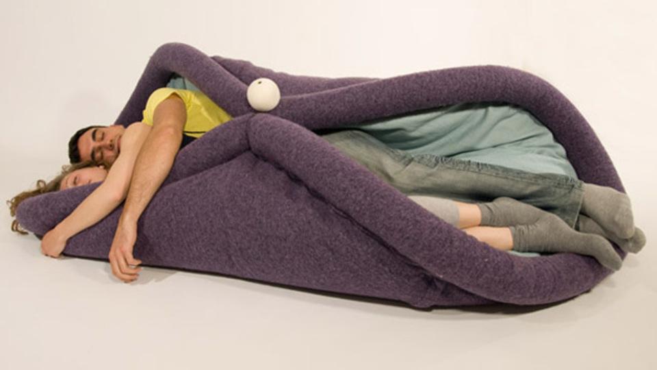 椅子なの? それともベッド? 自由自在に変形するクッション「BLANDITO」