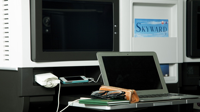 PCも携帯も充電できて便利。電源はユニバーサル電源なのでAC100~240Vまでいけます