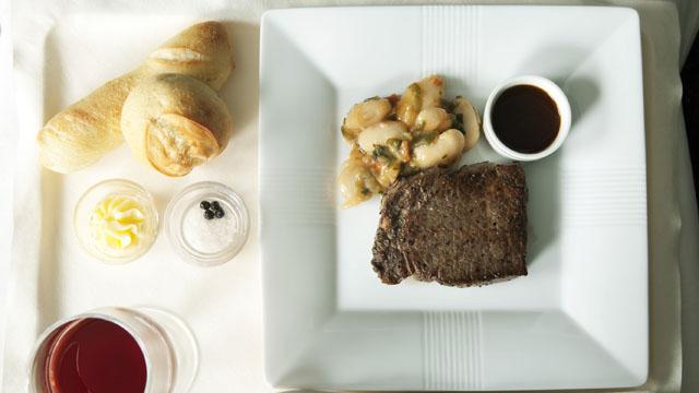 メインの牛ステーキ。さらにデザートの栗のモンブラン仕立てのムースが続く
