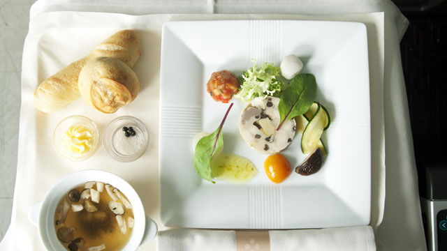 まずは前菜とパン、スープ
