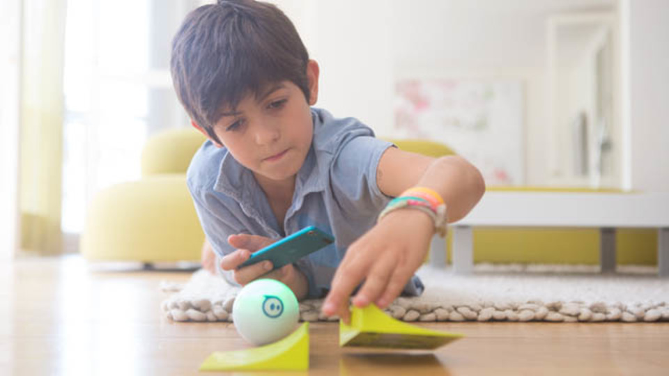 スマホで操作するボール「Sphero」で子どもにプログラムを学ばせる【日本正式販売開始】