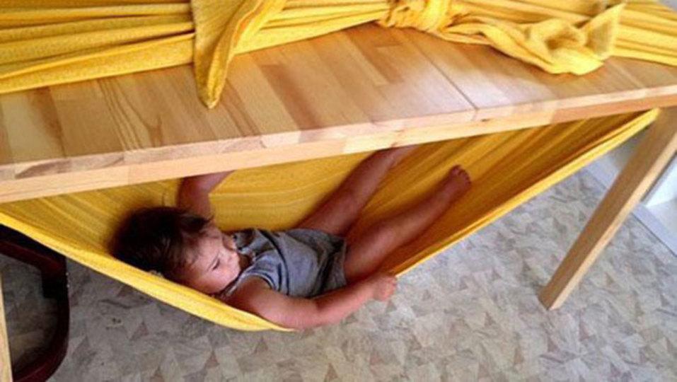 遊び疲れたお子さま専用。テーブルとシーツだけで作れる簡易ハンモックのアイデア