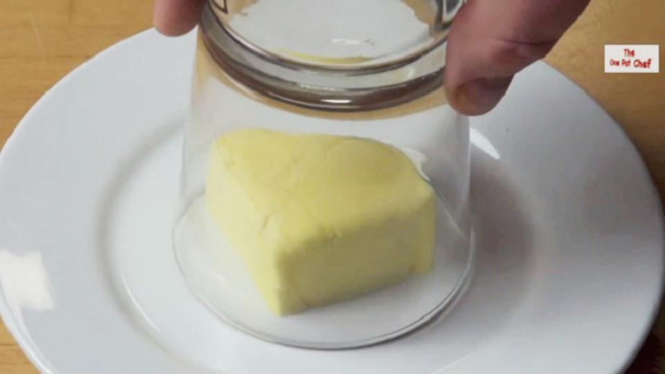 温めたコップをかぶせれば、たった1分間で柔らか室温バターのできあがり