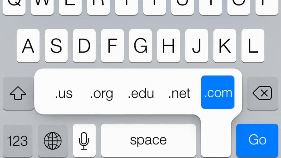 iOS 7になって行方知れずだった「.com」ボタン、ここにありました