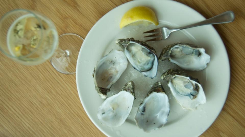 美味しい牡蛎の季節です。ソムリエが教える、産地別の牡蠣と相性の良いワイン