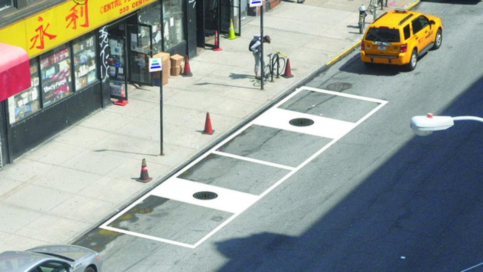 マンホールのふたを電気自動車の充電器に変えるプロジェクトがNY市でスタート