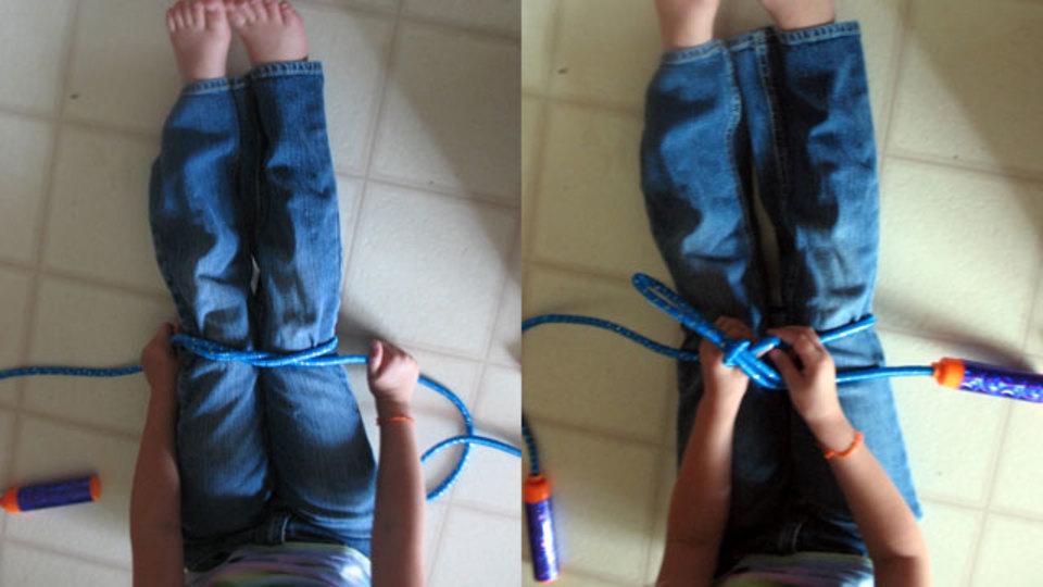 子どもに靴ひもの結び方を教える時はなわとびを使うと分かりやすい