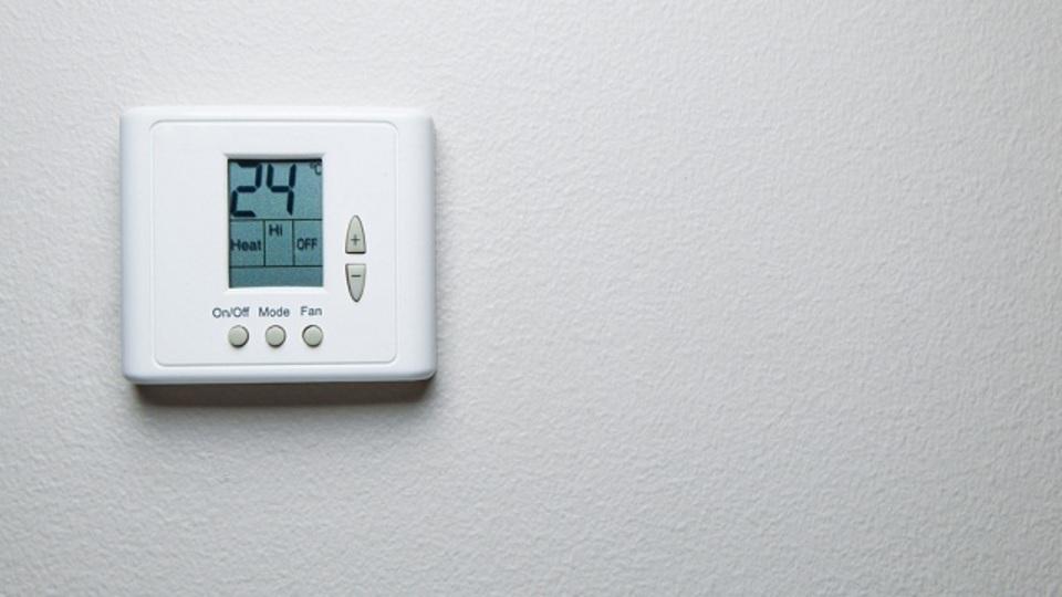 ホテルの部屋の温度調節パネルを自由に設定できる「VIPモード」に切り替える裏技