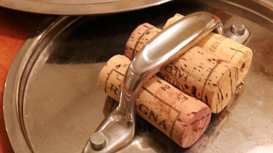おふくろキッチンハック:ワインのコルク栓を鍋蓋の「耐熱グリップ」として再利用