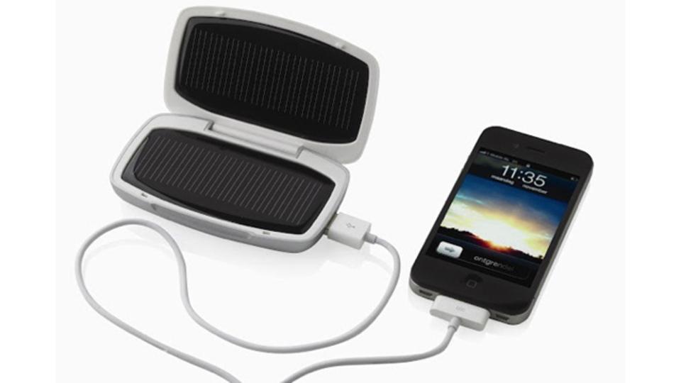 ペタっと窓に貼り付けて使うソーラーパネル式充電器「Sol」