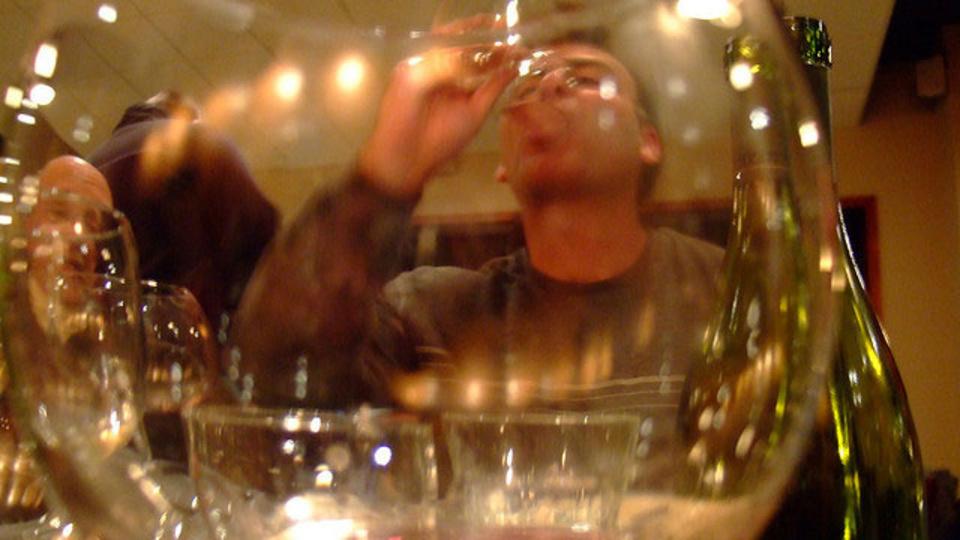 研究で判明。ワインを飲み過ぎない秘訣はグラスの選び方&注ぎ方にあった