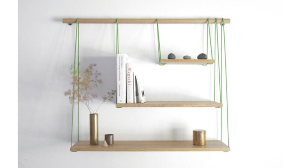 板を紐で吊るしたミニマルな棚「Bridge Shelves」