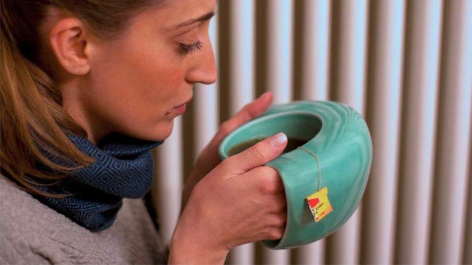 冷たい手を包んで...やさしさ感じる新形状マグカップ