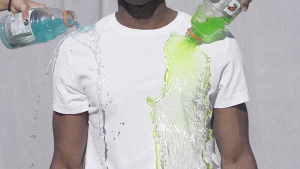 弱点を完全克服。コーヒーをこぼしても真っ白なままでいられるTシャツ