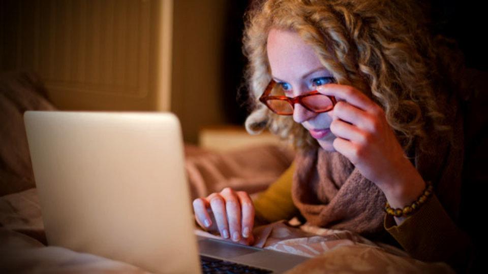 夜間のメールチェックは翌朝の仕事に影響するらしい(しかも寝不足にもなる)