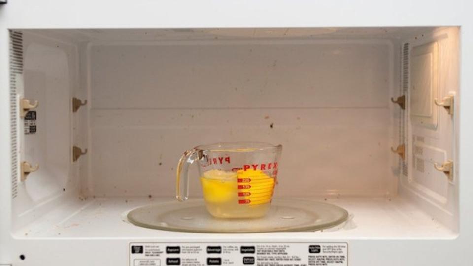 汚れた電子レンジはレモンを使ってきれいにする