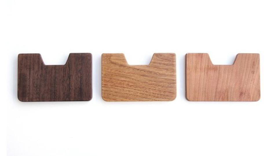 木製ウォレットでカードとお札をスマートに携帯する