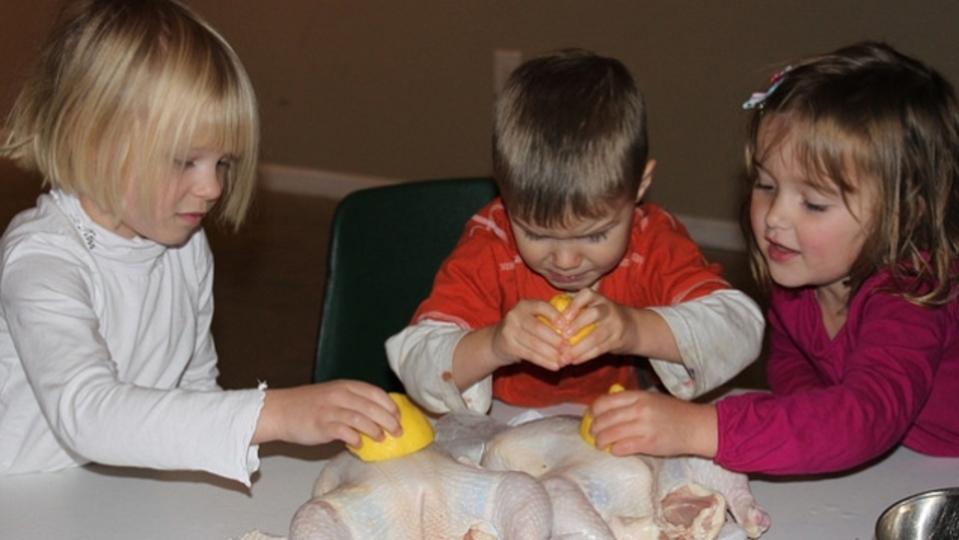 オモチャと料理を使って子どもに「モノのありがたみ」を教える方法