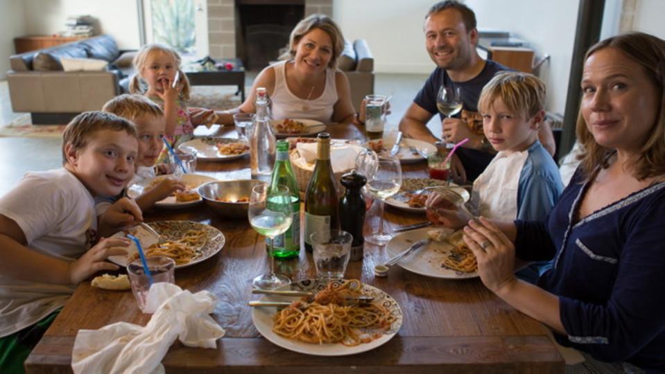 家族との食事が子どもをうつ病や非行から守る:研究結果