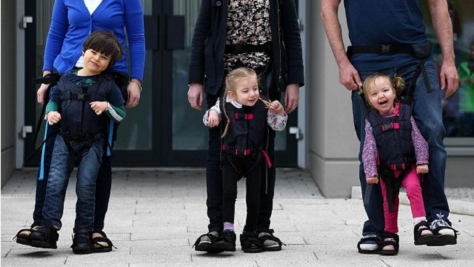 ハンディキャップのある子どもたちが「歩く感覚」を楽しめるハーネスのアイデア
