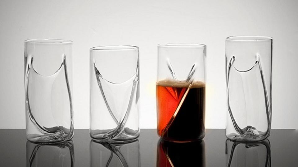 視覚的にも新鮮な、2種類のドリンクが口元まで混ざらないグラス